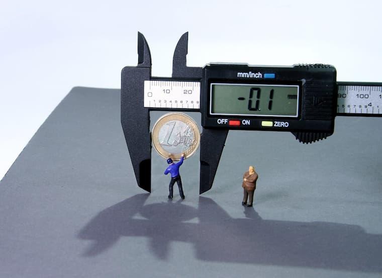 お金の長さを測る画像