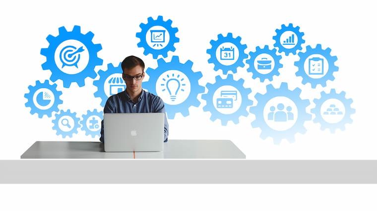 PCの作業をする人の画像