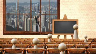 講義をする白い人形の画像