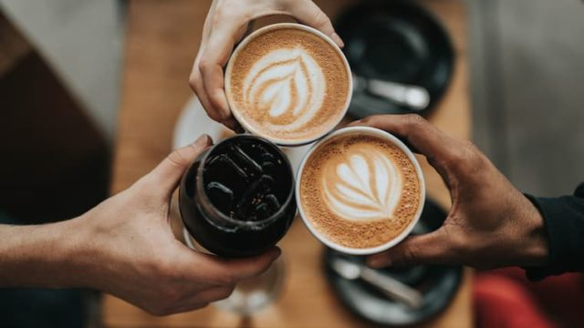3人のコーヒーの画像