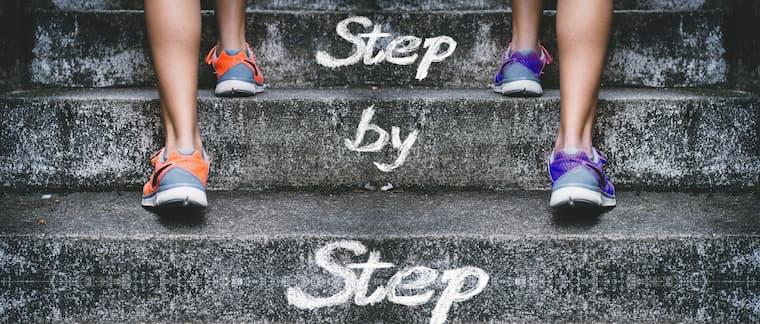 スニーカーで階段を登る画像
