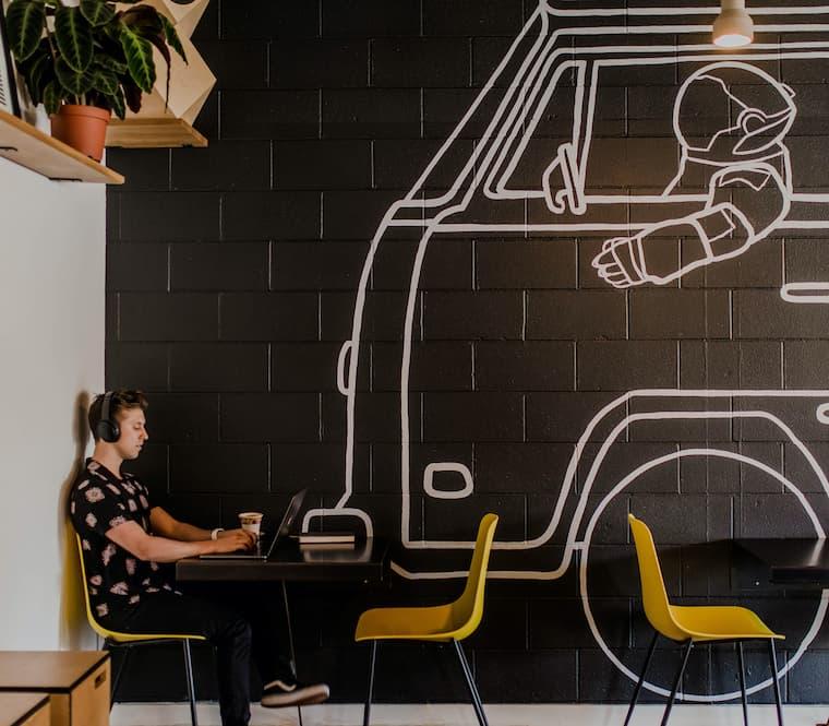 カフェで作業する人の画像