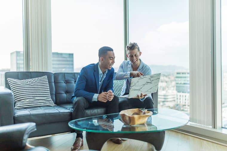 高層階で話す2人の画像