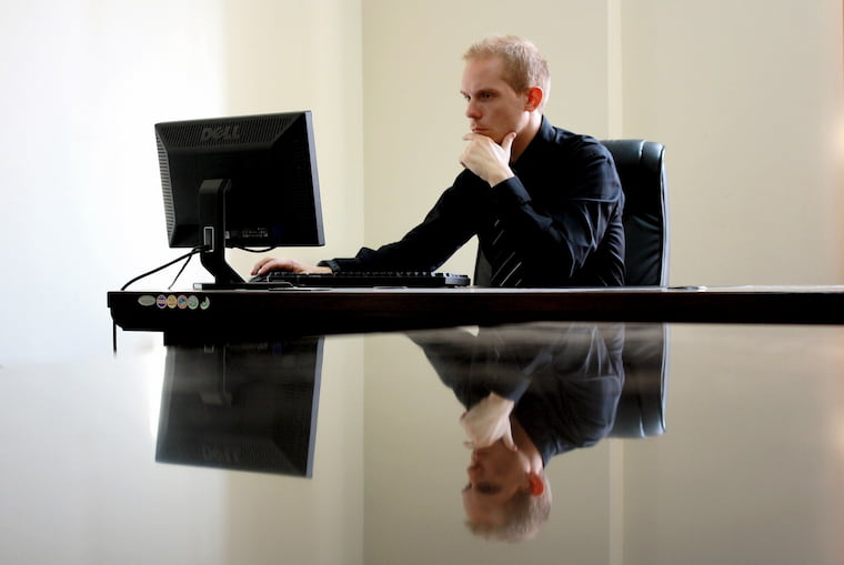 PCの前で考える人の画像