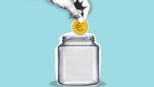 瓶にお金を入れる画像