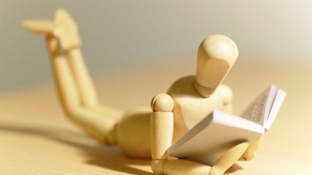 読書する人形の画像