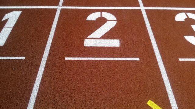 競技場の2レーンの画像